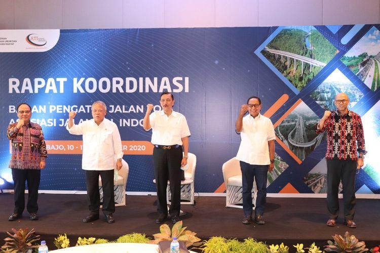 Menteri Koordinator Bidang Kemaritiman dan Investasi Luhut Binsar Pandjaitan bersama Menteri Pekerjaan Umum dan Perumahan Rakyat (PUPR) Basuki Hadimuljono, bereda dalam satu panggung saat membuka Rapat Koordinasi (Rakor) yang digelar Asosiasi Jalan Tol Indonesia (ATI) dan Badan Pengatur Jalan Tol (BPJT) yang berlangsung dua Hari, 10-11 September 2020. Kedua menteri pembantu Presiden Joko Widodo ini didampingi Ketua Umum ATI Subakti Syukur dan Kepala BPJT Danang Parikesit.