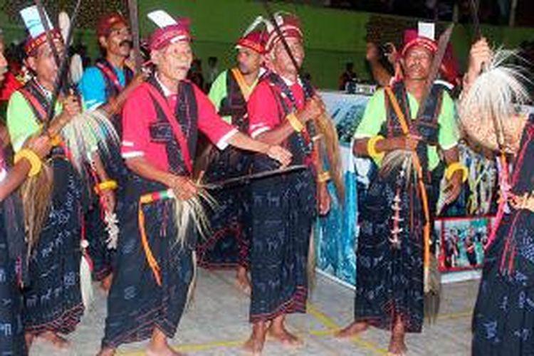Para tetua adat memperlihatkan tarian adat Reba, sebagai salah satu bagian penting dalam pesta Reba Ngada di Desa Langa, Kecamatan Bajawa, Kabupaten Ngada, Nusa Tenggara Timur, Jumat (16/1/2015).