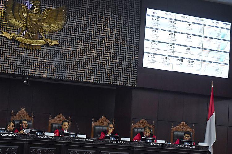 Ketua Mahkamah Konstitusi Anwar Usman (kedua kiri) bersama hakim konstitusi lainnya memimpin sidang lanjutan Perselisihan Hasil Pemilihan Umum (PHPU) presiden dan wakil presiden di gedung Mahkamah Konstitusi, Jakarta, Kamis (20/6/2019). Sidang tersebut beragendakan mendengarkan keterangan saksi dan ahli dari termohon atau dari pihak KPU.