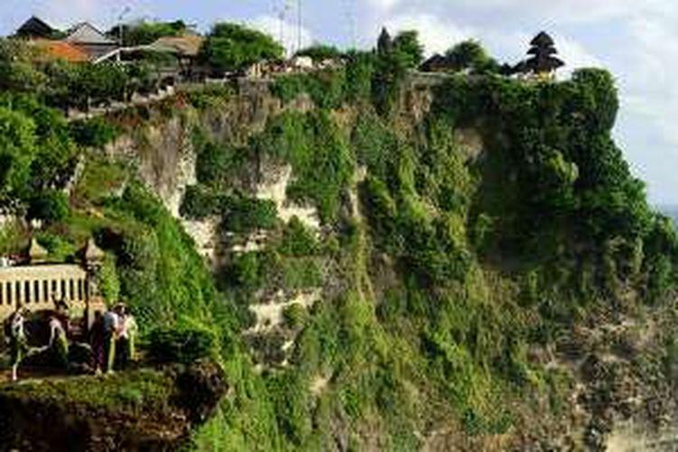 Wisatawan menikmati keindahan tebing di tepi Samudera Hindia yang berada di kompleks Pura Uluwatu, Kabupaten Badung, Bali, Kamis (18/8/2016).