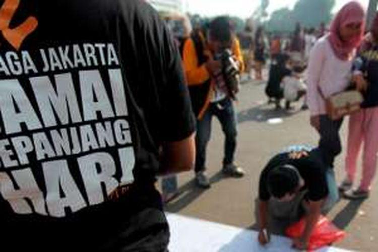 Foto 2104. Warga membubuhkan tanta tangan sebagai partisipasi dalam kampanye Jaga Jakarta di Bundaran Hotel Indonesia, Minggu (23/11/2014). Kampanye yang melibatkan tokoh agama, pemuda, dan seniman tersebut mengajak masyarakat Jakarta untuk mengedepankan pluralisme.