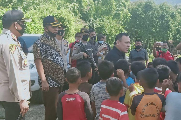 Ketua KPK Firli Bahuri tidak mengenakan masker saat bertemu anak-anak dalam kunjungannya di Baturaja, Sumatera Selatan, Sabtu (20/6/2020).