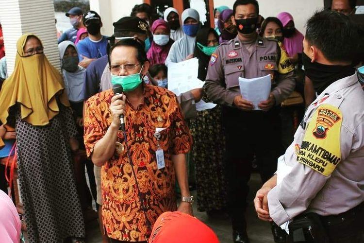 Bupati Semarang Mundjirin menegur pengatre BST yang abaikan protokol kesehatan.