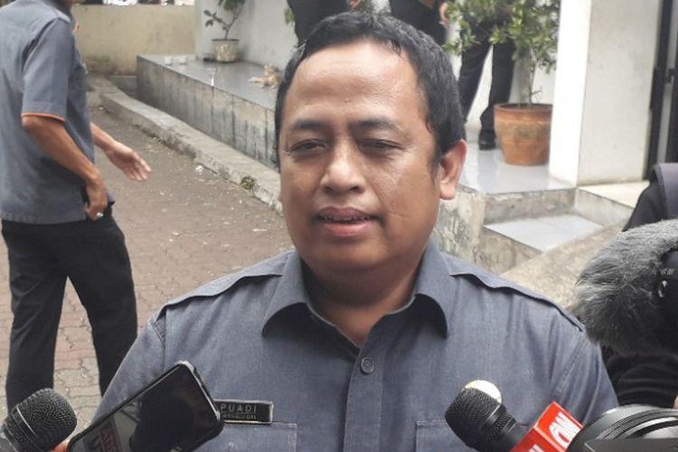 Komisioner Bawaslu DKI Jakarta Puadi memberi keterangan kepada wartawan di Kantor Bawaslu DKI, Senin (11/3/2019).