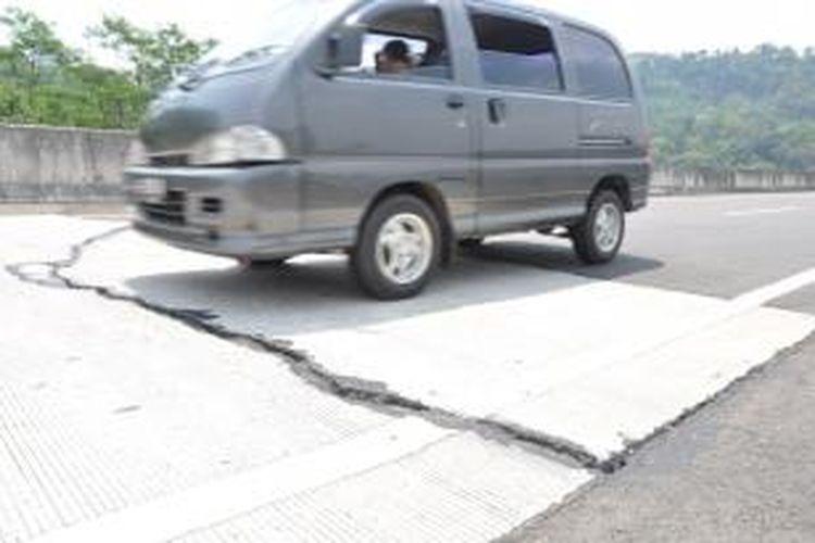 Salah satu bagian jalan tol Ungaran-Bawen yang mengaami keretakan. Salah   satu sesi jalan Tol Semarang-Solo ini direncanakan beroperasi akhir Maret lalu,   namun hingga awal April belum ada tanda-tanda jalan tol sepanjang 11,9 kilometer   itu akan dibuka untuk umum.