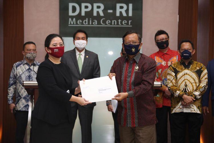 Ketua DPR Puan Maharani menerima usul konsep RUU Badan Pembinaan Ideologi Pancasila (BPIP) dari pemerintah yang diwakili Menteri Koordinator Bidang Politik, Hukum dan Keamanan (Menko Polhukam) Mahfud MD, Kamis (16/7/2020).