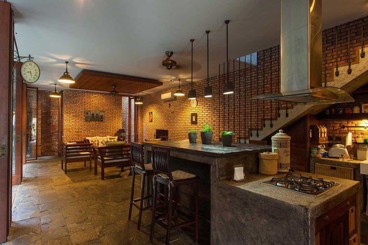 Penerapan desain gaya rustic pada dapur di Tanjung Mas House karya Inspiratio