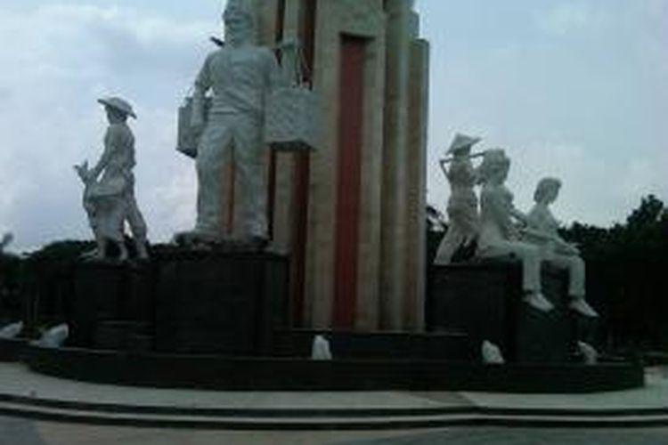 Monumen patung Jayandaru di alun-alun Sidoarjo.