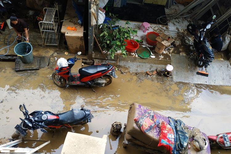 Lumpur di gang perumahan warga Pondok Gede Permai, Jatiasih, Kota Bekasi selepas banjir menenggelamkan perumahan itu sedalam 6 meter pada Rabu (1/1/2020).