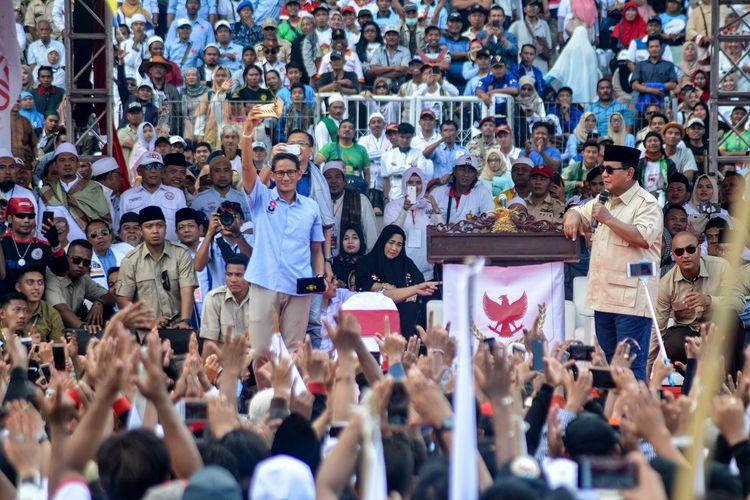 Calon Presiden dan Wakil Presiden nomor urut 02 Prabowo Subianto (kanan) dan Sandiaga Uno (kiri) menyapa pendukungnya saat kampanye akbar di Stadion Gelora Delta Sidoarjo, Jawa Timur, Minggu (31/3/2019).  ANTARA FOTO/Umarul Faruq/nz