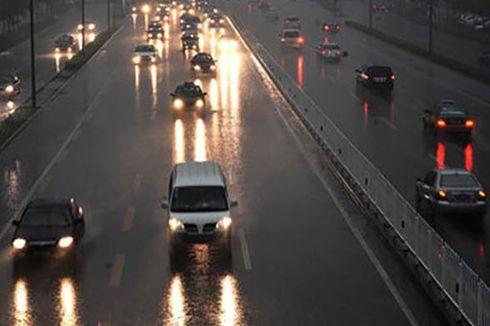 Sering Salah Kaprah, Ingat Lagi Bahaya Pakai Lampu Hazard Saat Hujan