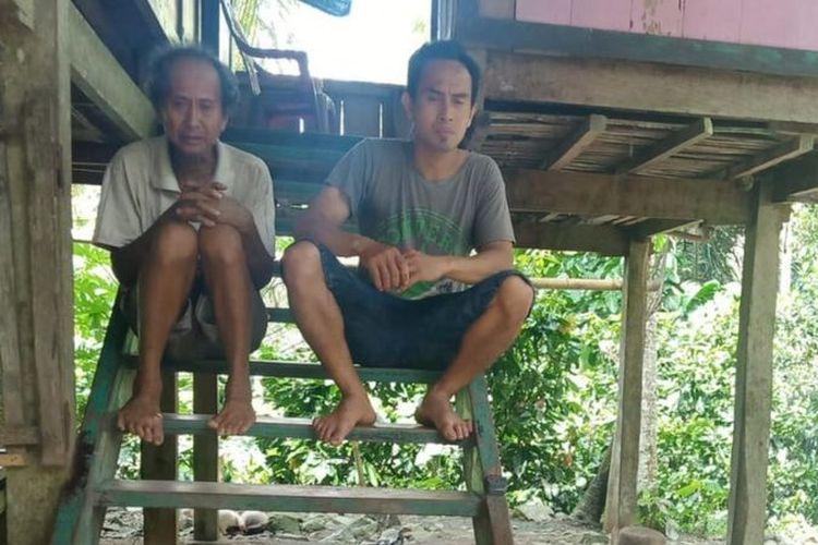 Natu dan Ario Permadi di rumah panggung mereka di Desa Ale Sewo, Soppeng, Sulsel, Rabu (24/02).