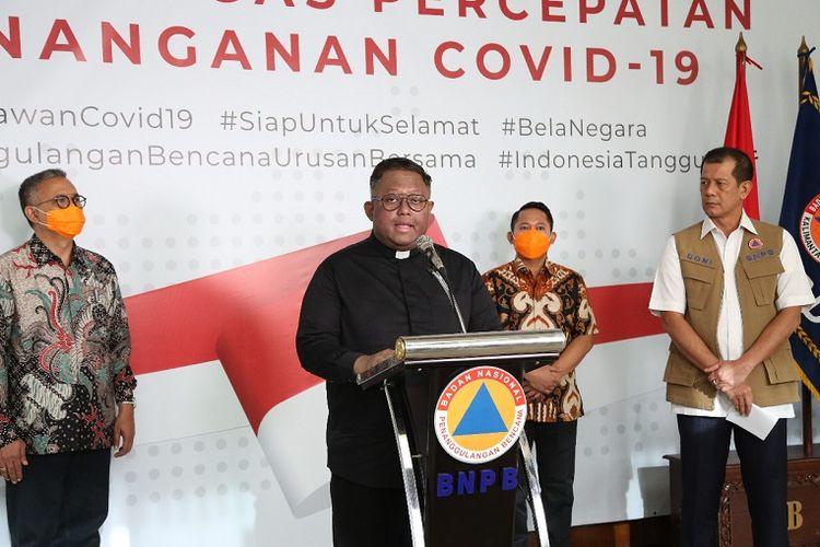 Sekretaris Keuskupan Agung Jakarta, Romo Adi Prasojo, saat memberi keterangan pers di kantor Badan Nasional Penanggulangan Bencana (BNPB), Jakarta, Sabtu (21/3/2020).