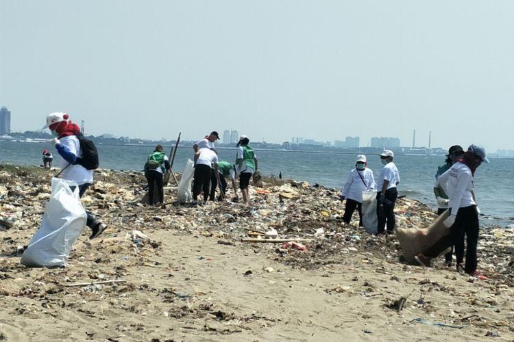 Para peserta Menghadap ke Laut membersihkat pantai di timur Ancol, Jakarta Utara, Minggu (19/8/2018).
