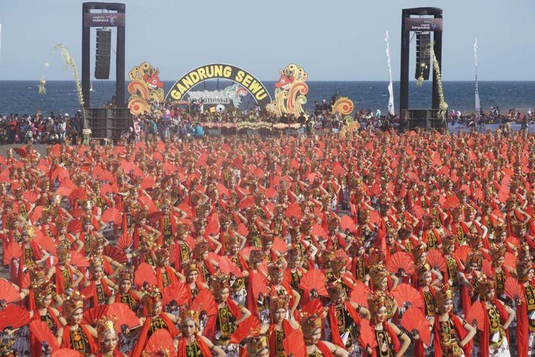 Sebanyak 1.173 penari Gandrung menari di Festival Gandrung Sewu yang di gelar di Pantai Boom Banyuwangi, Jawa Timur, Sabtu (20/10/2018)