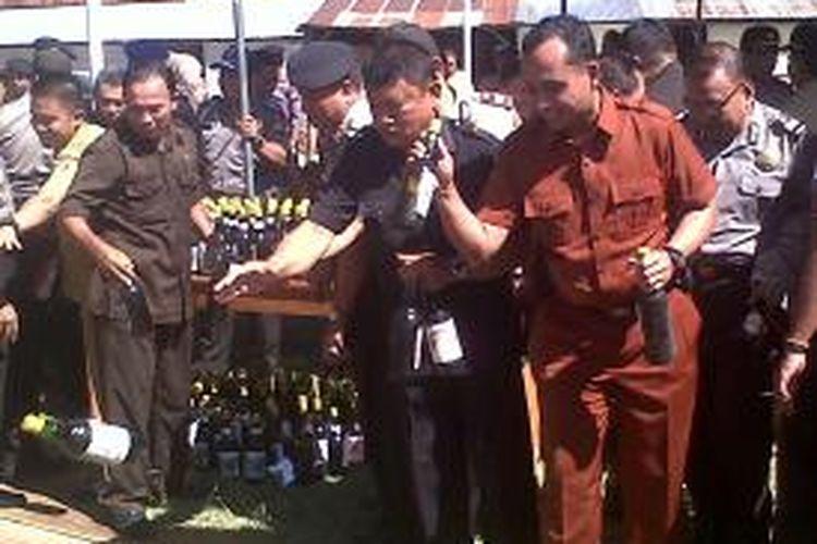 Sebanyak 1.500 botol miras dan 120 liter miras oplosan dimusnahkan Polres Gorontalo Kota Selasa (7/9/13) hari ini.