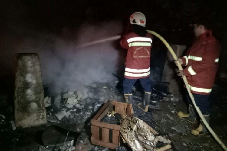 Sebuah rumah tinggal semi permanen yang berlokasi di Jalan Kavling Serpong RT 01 RW 04, Kelurahan Serpong, Kecamatan Serpong, Tangerang Selatan, Rabu (18/2/2020), terbakar. Diduga kebakaran tersebut akibat korsleting listrik.