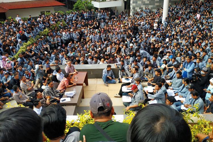 Mimbar bebas antara pihak rektorat dan aliansi Mahasiswa Universitas Gunadarma di Kampus D Gunadarma, Depok, Jawa Barat, Senin (9/3/2020) petang.