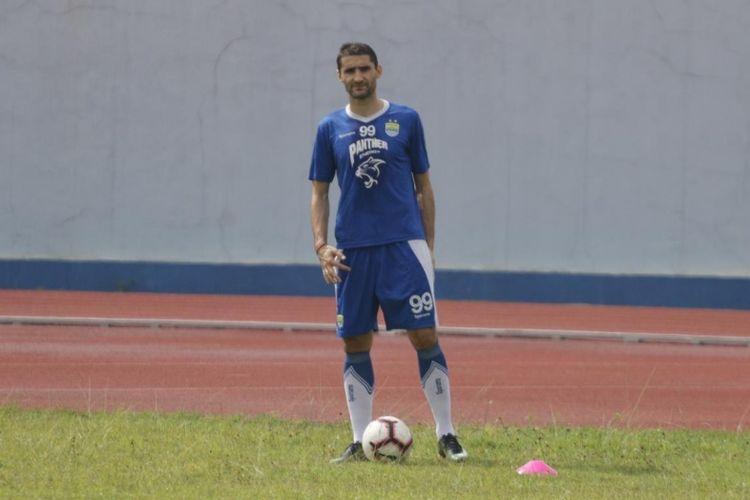 Gelandang Persib Bandung Srdjan Lopicic saat menjalani sesi latihan pagi di Lapangan Sport Jabar Arcamanik, Bandung, Senin (14/1/2019).