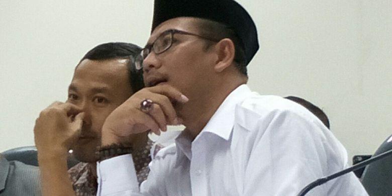 Komisioner KPU Pramono Ubaid dan Hasyim Asyari saat pembacaan putusan sidang ajudikasi yang diselenggarakan Bawaslu atas gugatan Partai Bulan Bintang