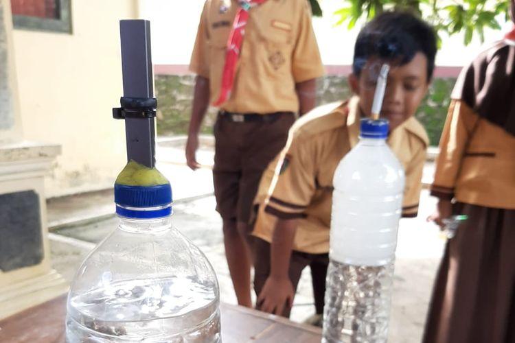 Siswa kelas V SDN 2 Pokoh Kidul, Wonogiri, Jawa Tengah sedang melakukan percobaan tentang uji bahaya bahaya asap rokok dan kandungan nikotin pada rokok elektrik dan rokok konvensional.