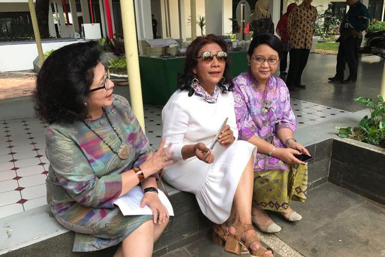Menteri Luar Negeri Retno Marsudi saat tiba di Istana, Selasa (15/7/2017). Ia meminjam motor seorang tukang ojek karena terjebak macet saat ke Istana. Retno harus tiba segera di Istana untuk mengikuti acara masak ikan bersama sejumlah menteri.