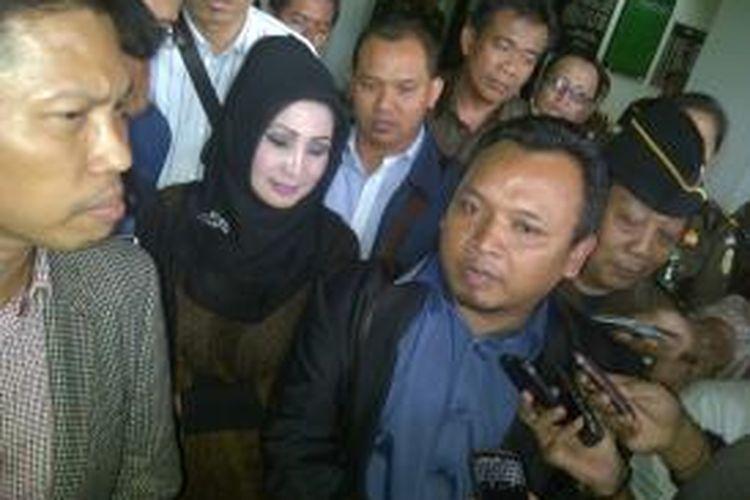 Mantan Bupati Karanganyar Rina Iriani Sri Ratnaningsih usai menjalani pemeriksaan sebagai tersangka di Kantor Kejaksaan Tinggi Jawa Tengah, Senin (23/12/2013)