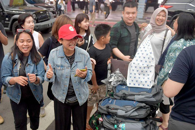 Tiga orang Warga Negara Indonesia (WNI) yang dievakuasi dari Wuhan, Provinsi Hubei, China disambut keluarga ketika tiba di Bandara Halim Perdana Kusuma, Jakarta, Sabtu (15/2/2020). Pemerintah melalui Kementerian Kesehatan secara resmi telah memulangkan 238 WNI ke daerah masing-masing karena telah dinyatakan sehat seusai menjalani observasi selama 14 hari di Ranai, Natuna.