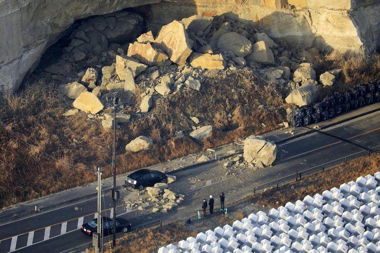 Tanah longsor di kota Soma, prefektur Fukushima, Jepang, pada Minggu (14/2/2021) yang terjadi akibat gempa bumi berkekuatan 7,3 magnitudo. Gempa Jepang ini tidak berisiko tsunami.