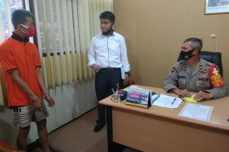 David (20) pelaku pembunuhan saat berada di Polsek Seberang Ulu 1 Palembang, Sumatera Selatan, Senin (27/7/2020).