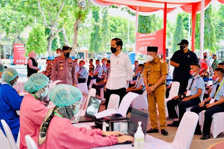 TINJAU-- Presiden Jokowi bersama Kapolri Jenderal Pol. Listyo Sigit Prabowo ,Gubernur Jawa Timur Khofifah Indar Parawansa dan Bupati Ponorogo, Sugiri Sancoko meninjau vaksinasi bagi pelajar yang di SMK PGRI 2 Ponorogo, Jawa Timur, Selasa (7/9/2021).