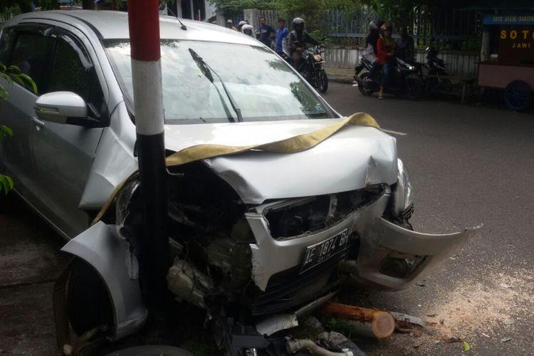 Mobil Suzuki Ertiga bernomor polisi AE 1874 BH yang dikemudikan Sri Utami (49) rusak cukup parah usai menabrak tiang listrik dan pohon di Jalan Salak, Kelurahan Taman, Kecamatan Taman, Kota Madiun, Jumat (21/7/2017)