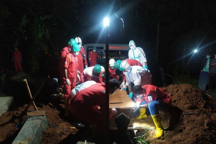 Pemakaman Prosedur Covid19 Oleh Relawan PMI Gunungkidul