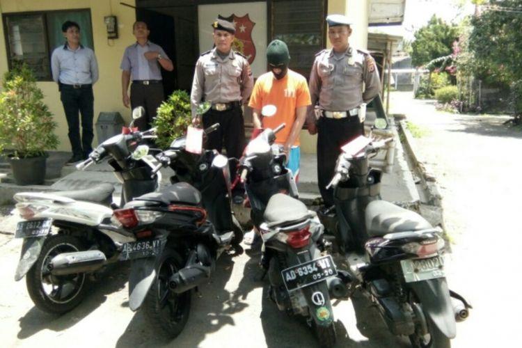 Tersangka RC dengan barang bukti empat sepeda motor saat di Mapolsek Mlati.