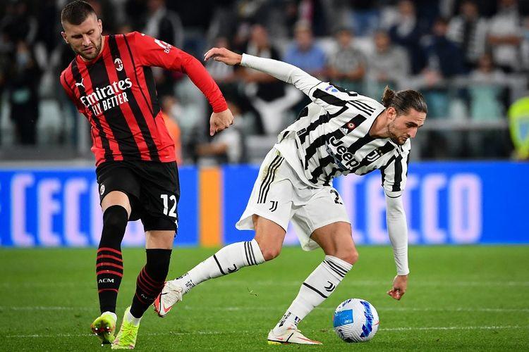Ante Rebic (kiri) dan Adrien Rabiot berebut bola dalam laga Juventus vs AC Milan di Stadion Allianz, Senin (20/9/2021) dini hari WIB.