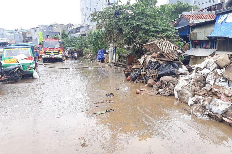 Kondisi Kampung Pulo, Kelurahan Kampung Melayu, Jatinegara, Jakarta Timur, Minggu (5/1/2020), pasca terendam banjir.