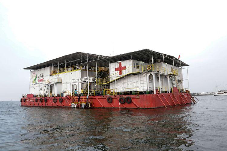 Rumah sakit apung Nusa Waluya II milik doctorSHAREs ( Yayasan Dokter Peduli) tengah berlabuh di Jakarta, Kamis (28/11/2019). DoctorSHAREs adalah lembaga non profit yang fokus menangani layanan kesehatan medis dan bantuan kemanusiaan.