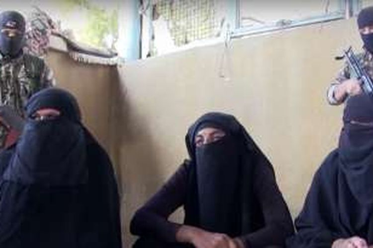 Ketiga anggota ISIS ini berusaha membaur dengan warga yang meninggalkan kota Manbij, Suriah.