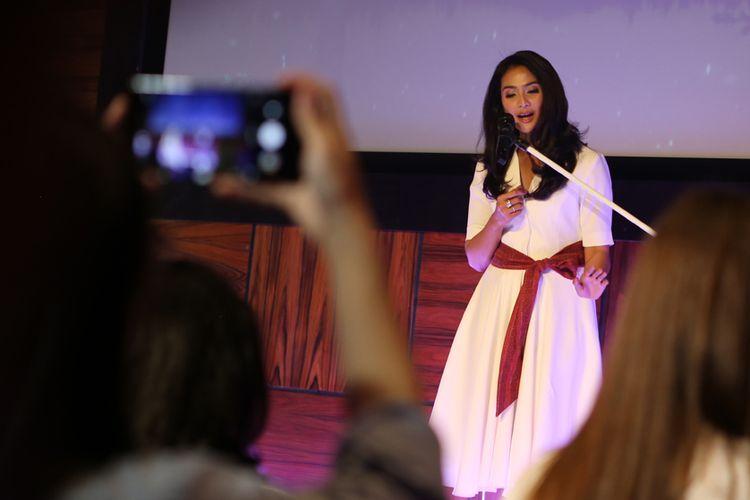 Maudy Koesnaedy saat berpuisi di pembukaan acara peluncuran produk Natur-E Advanced, Anti-Aging Face Series, di kawasan Kemang, Jakarta, Selasa (8/5/2018).