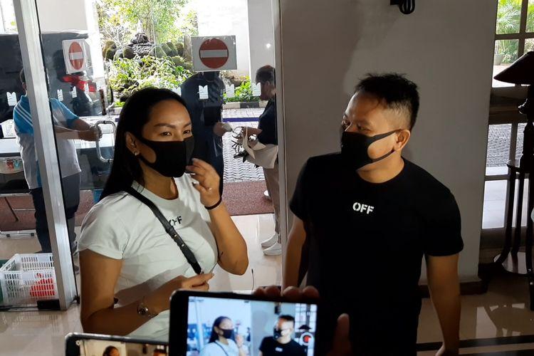 Vicky Prasetyo dan Kalina Ocktaranny menjalani sesi Pre-wedding di studio Rio Motret, Apartemen Mitra Bahari, Jakarta Utara, Sabtu (12/12/2020)