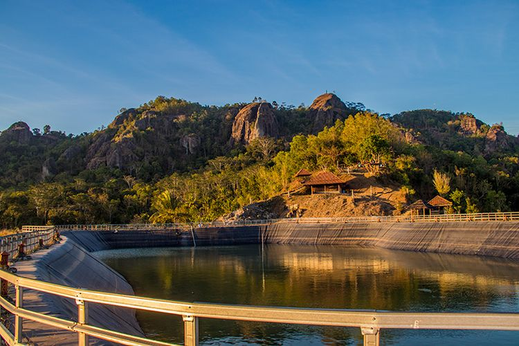Kawasan Gunung Api Purba Dilihat dari Embung Nglanggeran, Gunungkidul.