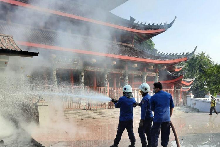 Petugas Damkar langsung memadamkan api di salah satu bangunan di objek wisata Kelenteng Sam Poo Kong Semarang, Senin (17/05/2021).