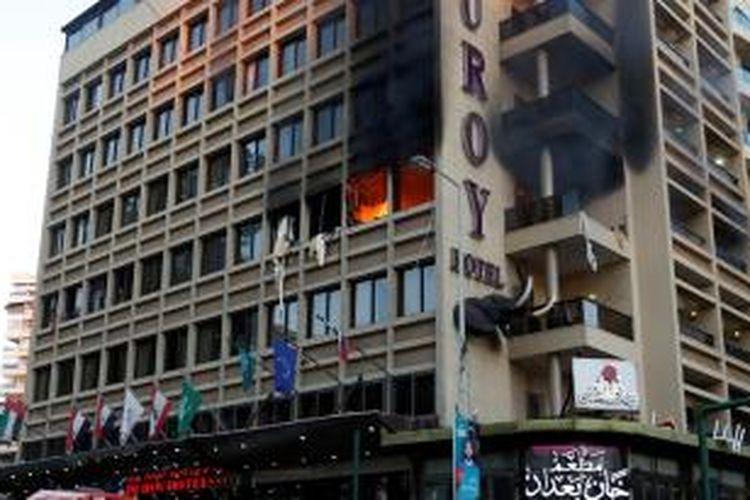 Api terlihat di masih menjilat di salah satu lantai Hotel Duroay, Beirut setelah seorang pelaku bom bunuh diri beraksi.