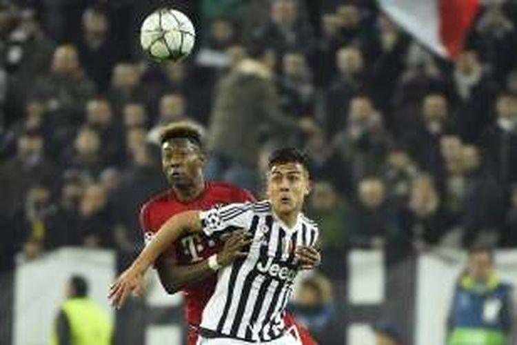 Penyerang Juventus, Paulo Dybala (depan), dibayang-bayangi oleh pemain Bayern Muenchen, David Alaba, pada laga pertama babak 16 besar Liga Champions di Stadion Juventus, Selasa (23/2/2016) atau Rabu dini hari WIB.