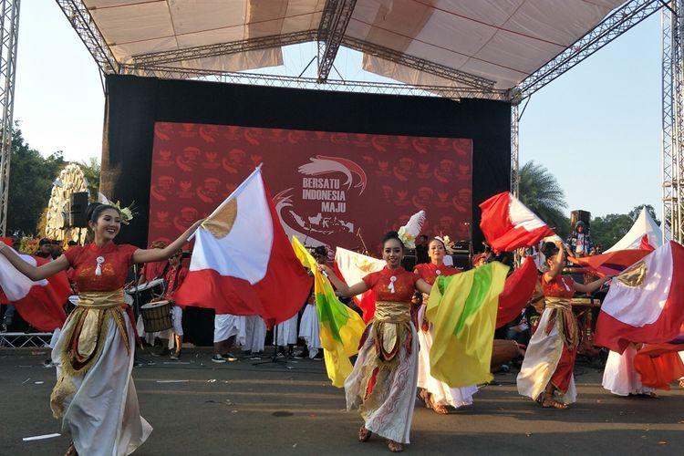 Tari bendera pesona nusantara dari Solo, Jawa Tengah. Para penari tampak menari dengan menggerakkan bendera yang dipegang kedua tangan mereka. Para penari menggerakkan bendera ke sana ke mari dengan apik.
