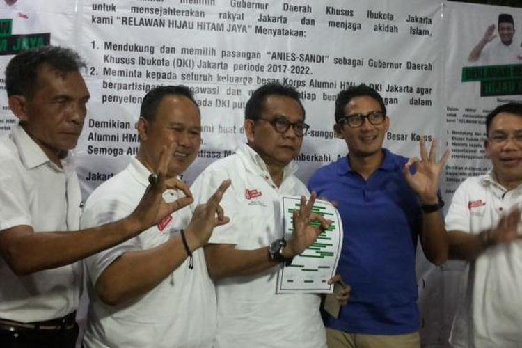 Calon wakil gubernur nomor pemilihan tiga Sandiaga Uno (baju biru) bersama perwakilan alumni Himpunan Mahasiswa Indonesia (HMI) DKI Jakarta yang tergabung dalam Keluarga Alumni HMI Jaya (Kahmi Jaya) di posko pemenangan Anies-Sandi di Jalan Cicurug, Menteng, Jakarta Pusat, Rabu (8/3/2017) malam. Pada kesempatan itu, Kahmi Jaya menyatakan dukungannya untuk pasangan Anies-Sandi. Dukungan dibarengi dengan pembentukan relawan hijau hitam.