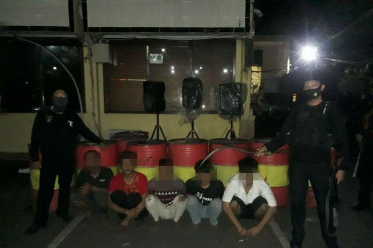 Tim Pemburu Preman Polres Metro Jakarta Barat pada Minggu dini hari (10/5/2020) menangkap lima pemuda bersenjata tajam yang diduga sebagai pelaku tawuran di Rawa Buaya, Cengkareng, Jakarta Barat.