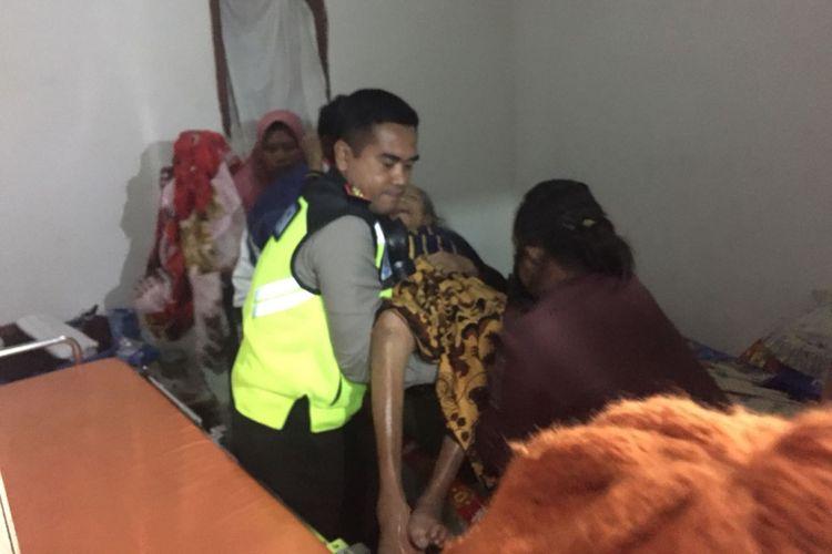 Kapolres Bondowoso, AKBP Taufik Herdiansyah Zeinardi, membantu seorang nenek untuk dievakuasi. Awalnya, sebanyak satu keluarga menolak dievakuasi karena salah seorang anggota keluarga mereka lumpuh, Kamis (22/3/2018).