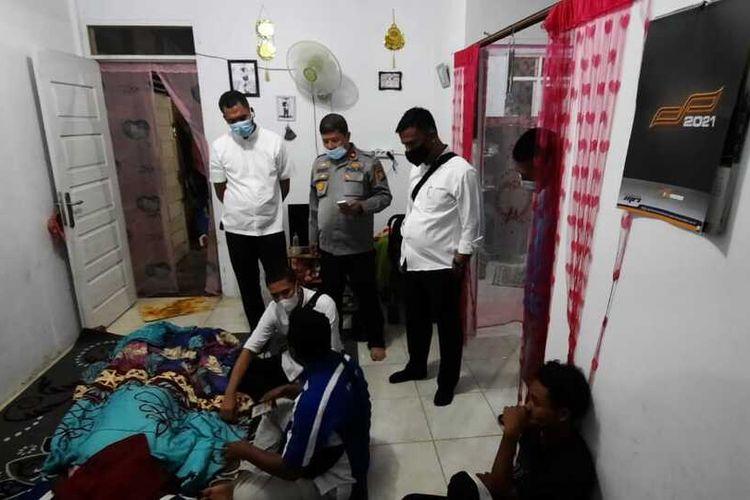 Polsek Tenayan Raya dan tim Identifikasi Polresta Pekanbaru melakukan olah TKP pada kasus ibu bunuh dua anaknya lalu gantung diri di Jalan Palembang, Kelurahan Sialang Rampai, Kecamatan Tenayan Raya, Kota Pekanbaru, Riau, Senin (16/11/2020).