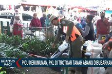 Hindari Petugas, PKL Pasar Tanah Abang Sembunyikan Dagangan di Semak-semak